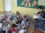 Rodzice czytają przedszkolakom