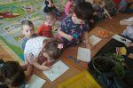 Przedszkolaczki zakładają wiosenny ogródek